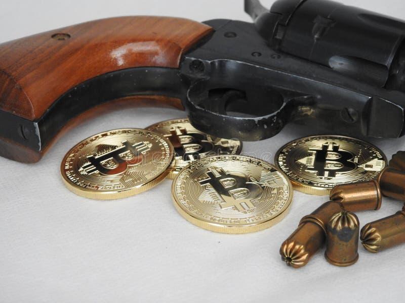 Bitcoins och vapen royaltyfria bilder