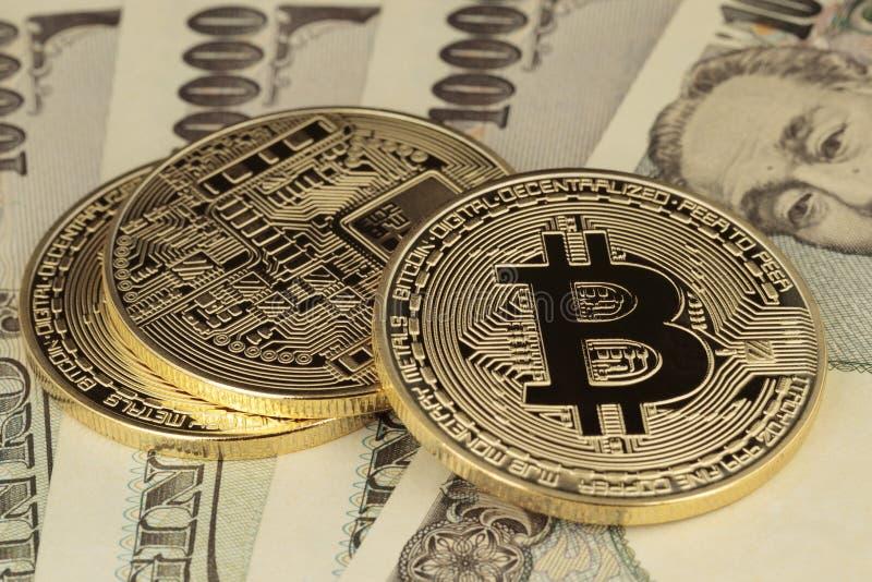 Bitcoins och yenräkningar royaltyfria foton