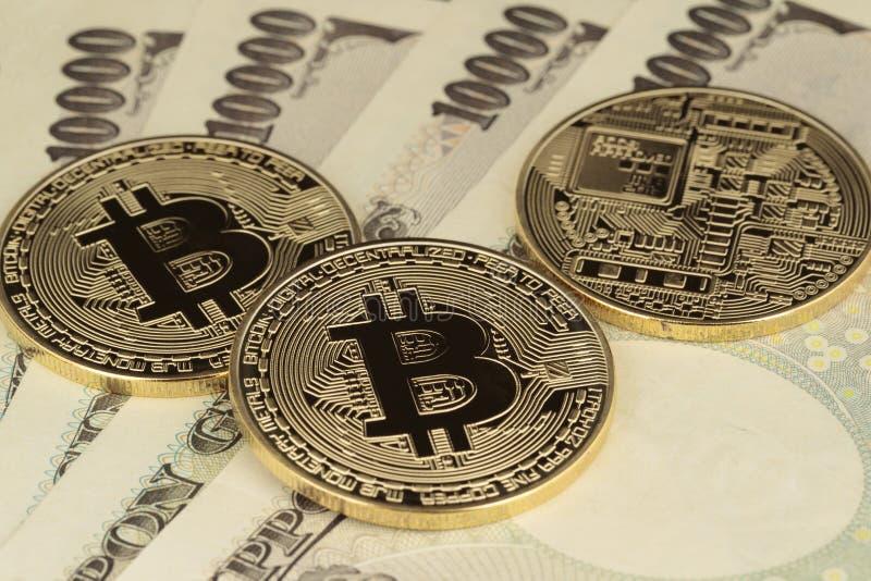 3 Bitcoins och yenvaluta royaltyfri fotografi