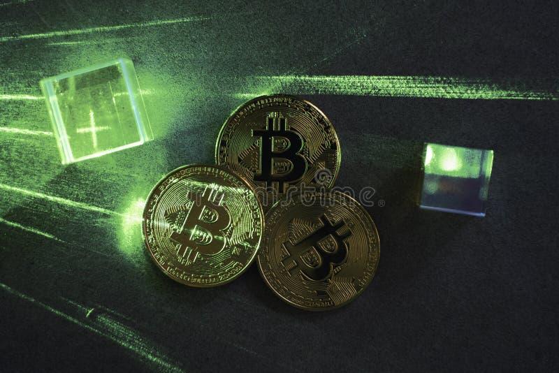 Bitcoins op concrete lijst met groene laserbeam Cryptovalutaconcept stock afbeeldingen