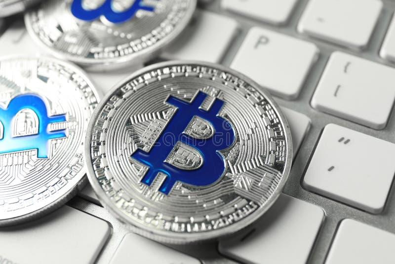 Bitcoins op PC-toetsenbord, close-up royalty-vrije stock foto's