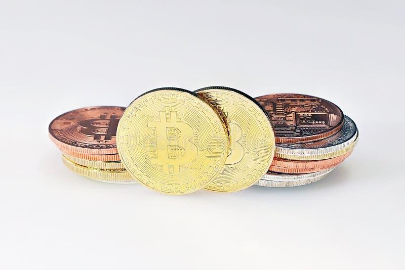 Bitcoins på en vit bakgrund Bitcoins och nytt faktiskt pengarbegrepp Bitcoin är en ny valuta royaltyfri bild
