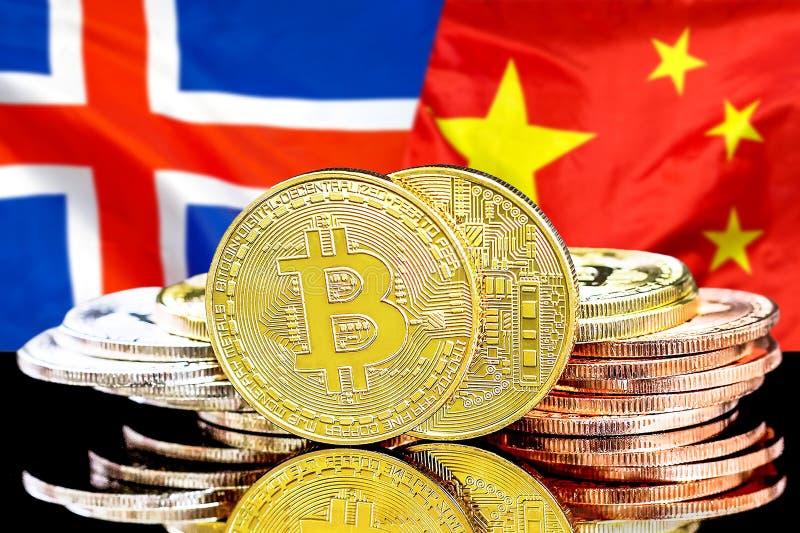 Bitcoins på Island och Kina flaggabakgrund royaltyfria foton