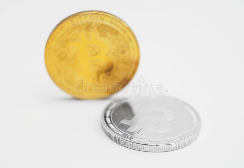 Bitcoins på vit bakgrund arkivfoto