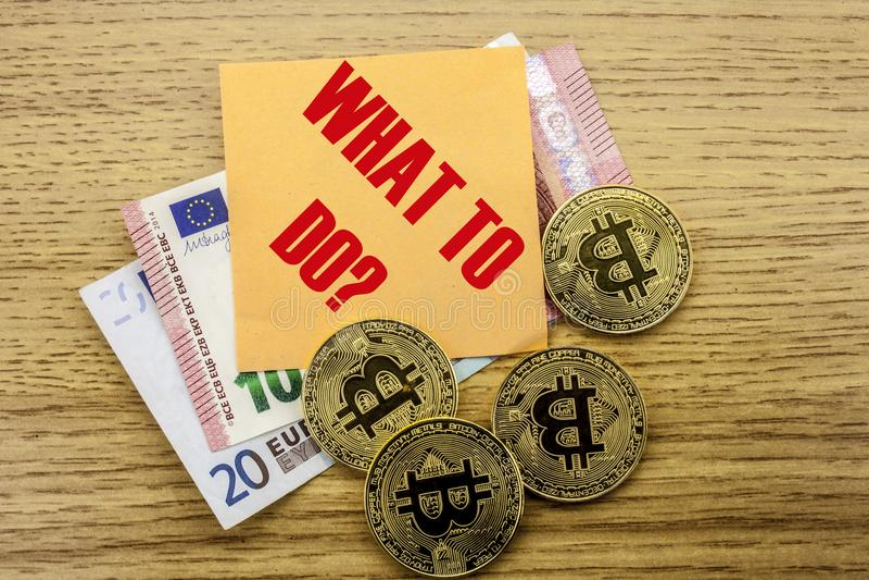 Bitcoins, Stückchen-Münze auf Euro, Dollar merkt klebrige Anmerkung der Hexe über hölzernen Hintergrund, WAS ZU TUN stockfotografie