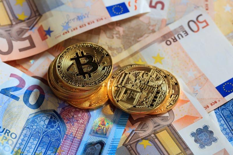 Bitcoins sterta na euro banknotu tle obrazy stock