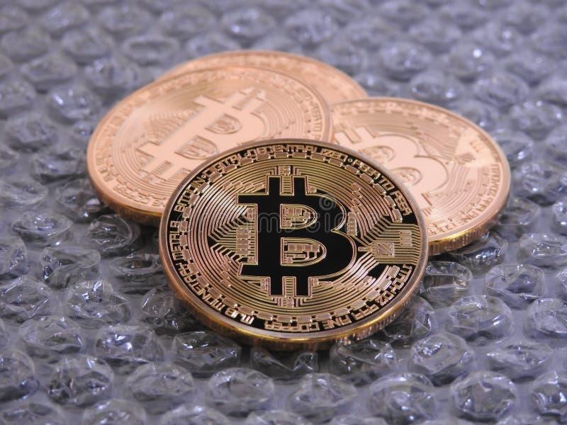 Bitcoins sur le fond de bulle images libres de droits