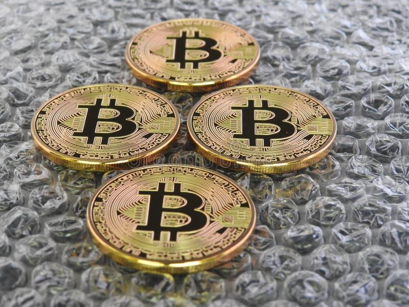 Bitcoins sur le fond de bulle photographie stock