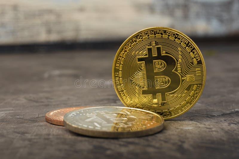 Bitcoins sur une table foncée photographie stock