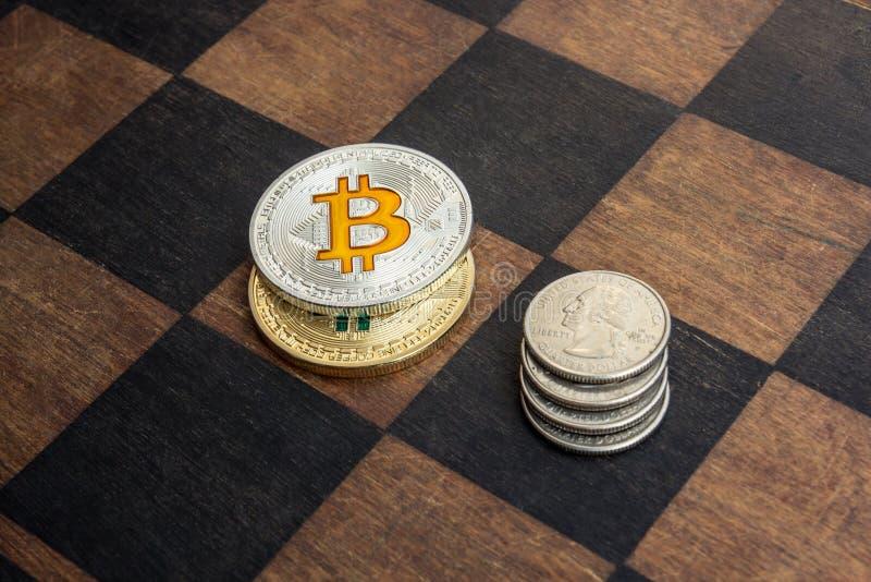 Bitcoins und amerikanische Cents auf einem Schachbrett lizenzfreies stockfoto