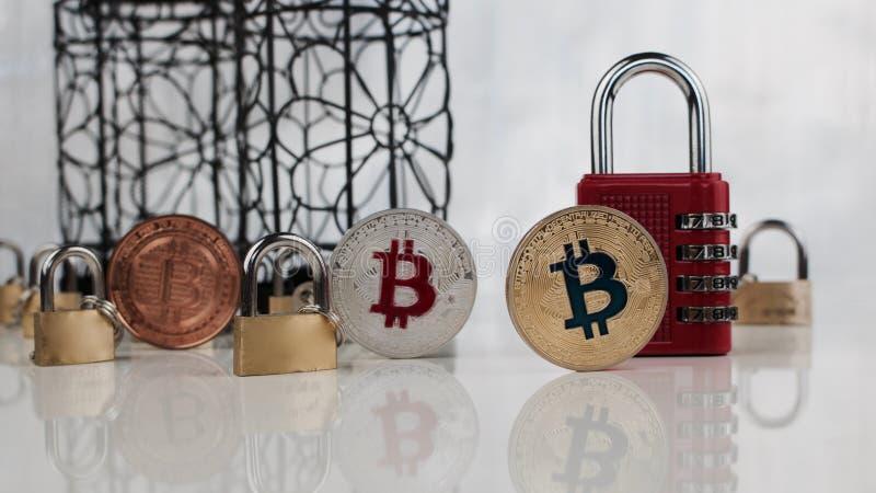 Bitcoins vicino padlocks fotografia stock libera da diritti