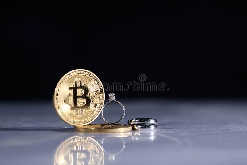 Bitcoins y anillos imagen de archivo