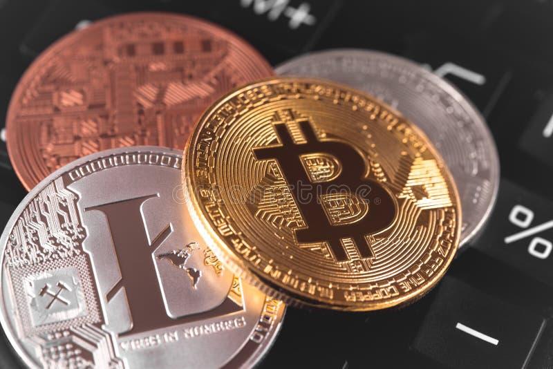 Bitcoins y Litecoin imágenes de archivo libres de regalías