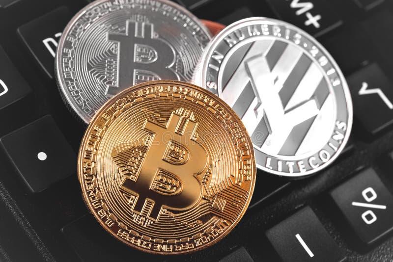 Bitcoins y Litecoin fotografía de archivo