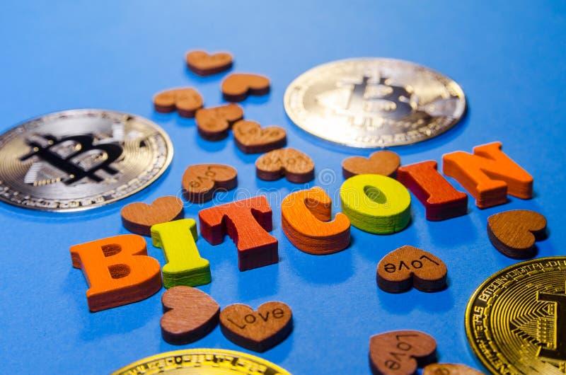 Bitcoins z drewnianymi listami zdjęcia stock
