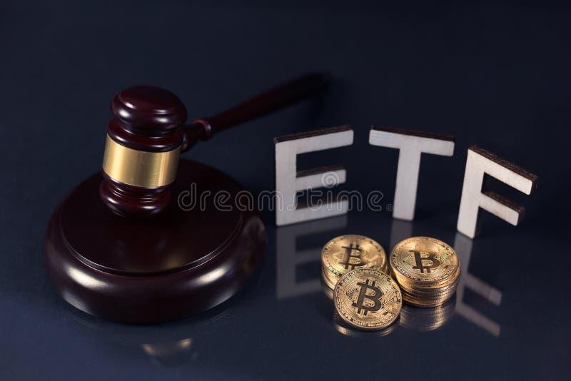 Bitcoins z ETF tekstem na zmroku zdjęcia royalty free