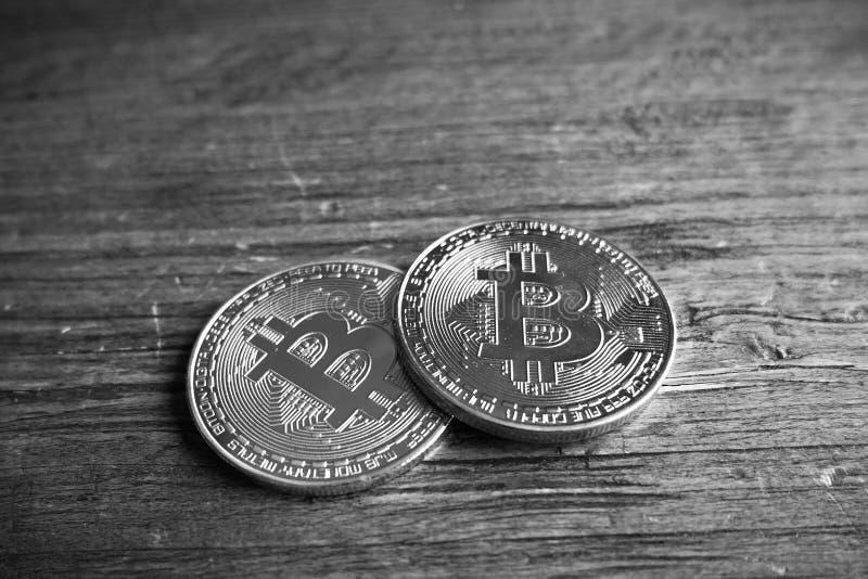 Bitcoins in zwart-wit stock fotografie