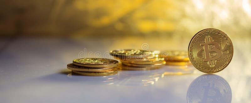 Bitcoinsstapel en bezinningen stock foto