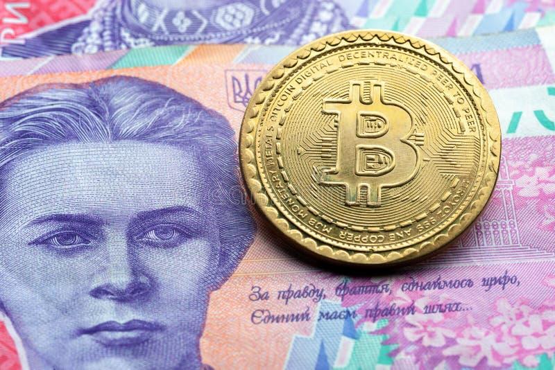 Bitcoinsymbool bij Oekraïense document muntachtergrond het concept van cryptocurrencytechnologieën virtueel geld met echt royalty-vrije stock afbeelding