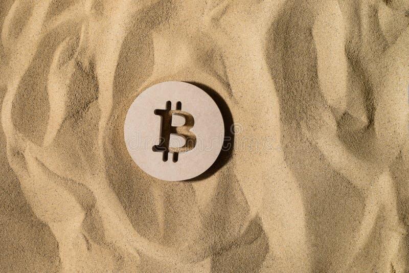 Bitcointeken op het Zand royalty-vrije stock foto's