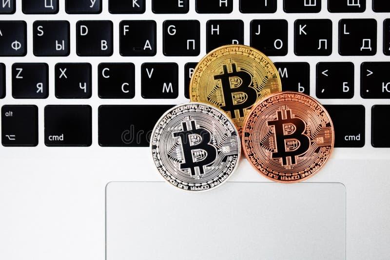 Bitcoinvaluta för guld- valuta på tangentbordbärbar datordatoren, elektroniskt finansbegrepp Bitcoin mynt Affär reklamfilm, arkivbild