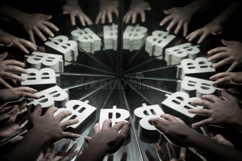 Bitcoinvalutasymbool op Spiegel en Behandeld in Rook stock afbeeldingen