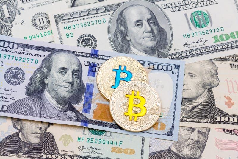 Bitcoln-Münzen und US-Dollars, Abschluss oben stockbild
