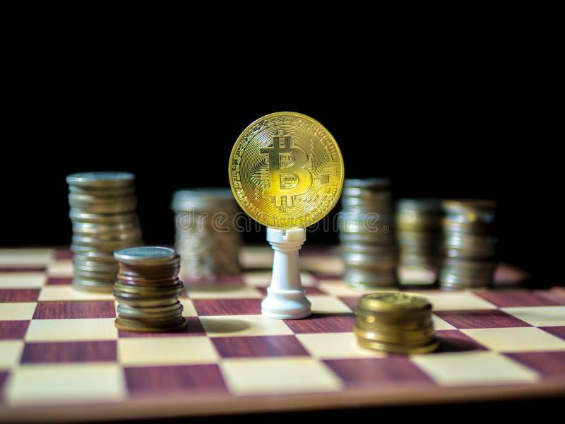 Bitcon guld- mynt med olika valutor för mynt som isoleras på svart bakgrund arkivfoto