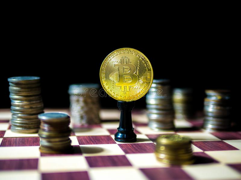 Bitcon guld- mynt med olika valutor för mynt som isoleras på svart bakgrund fotografering för bildbyråer