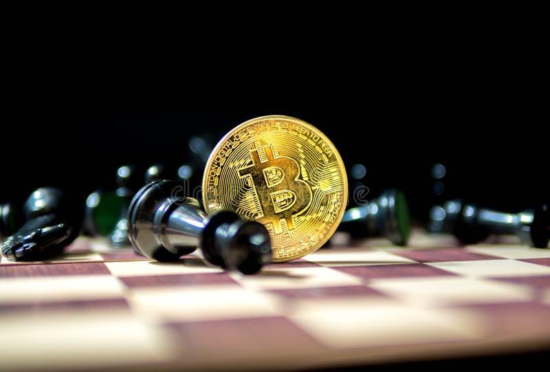 Bitcon, pièce de monnaie d'or avec des échecs noirs d'isolement sur le fond noir Concept d'affaires photo stock