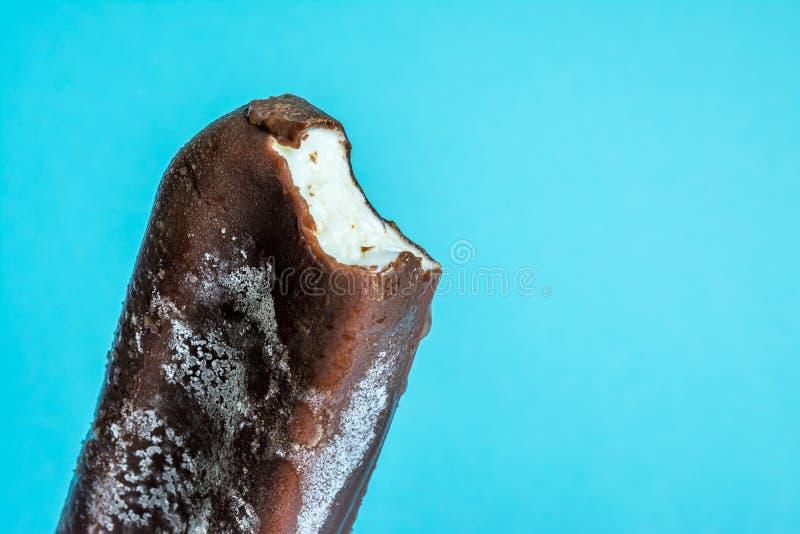 Biten glasslolly i chokladglasyrnärbild med condensate- och isläggningfrost arkivfoton