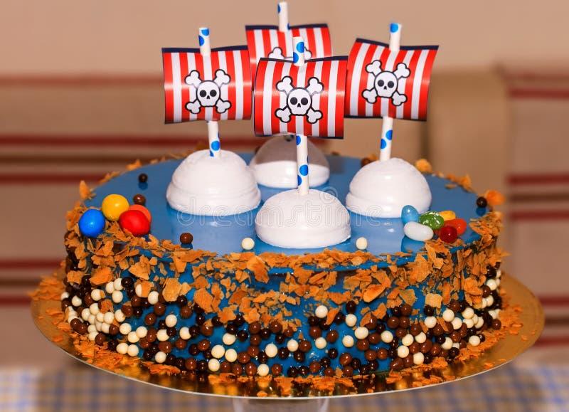 Bithday κέικ κομμάτων παιδιών με τους πειρατές στοκ εικόνα με δικαίωμα ελεύθερης χρήσης