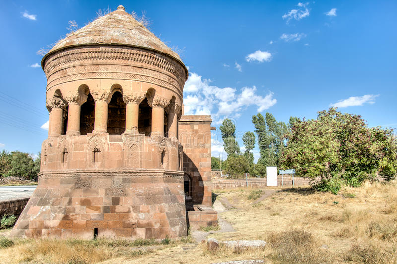 Bitlis Turkiet - September 28, 2013: Emir Bayindir Kumbet (gravvalv) är en mediaval Seljuk mausolem arkivbilder