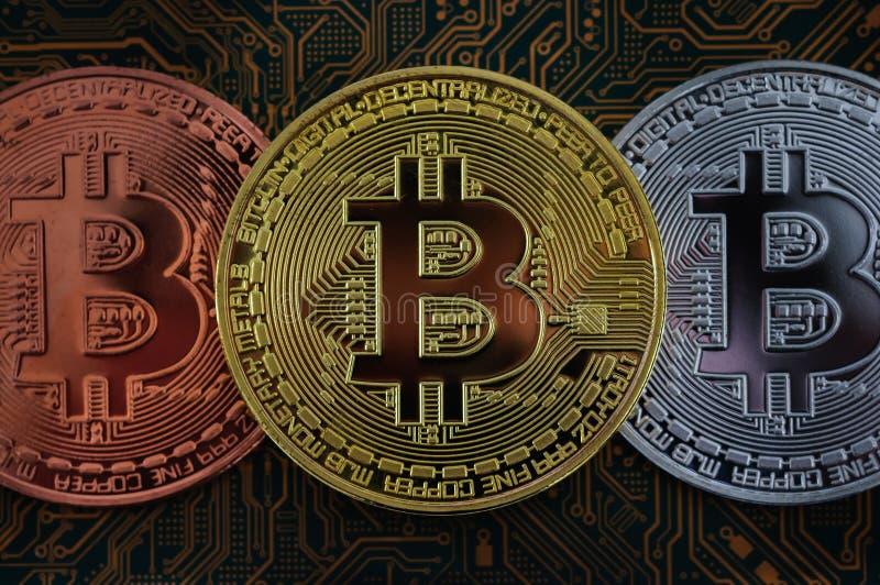 Bitmyntbegrepp guld- mynt, datorströmkretsbräde med bitmyntprocessorn och mikrochipers, elektronisk valuta, e-kommers, allmäntjän arkivbild