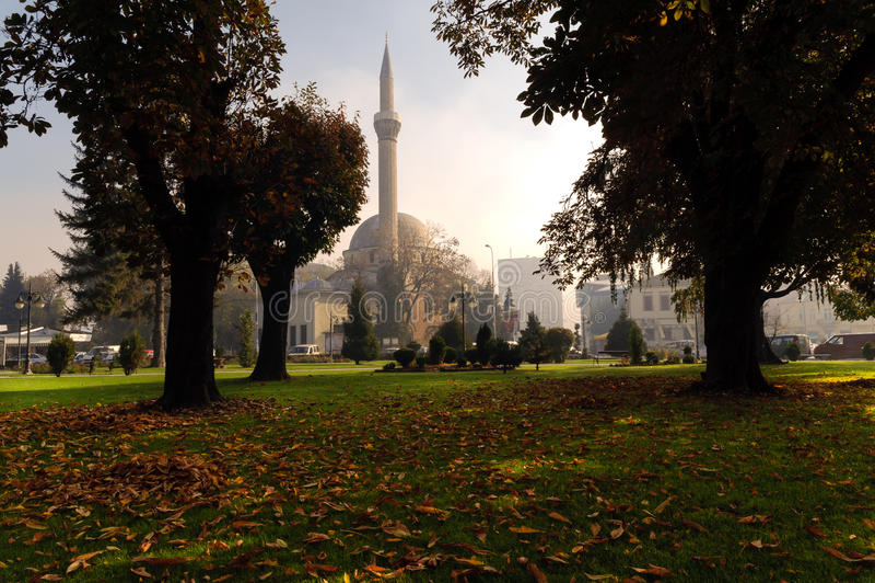 BITOLA, MACEDÔNIA - 27 DE OUTUBRO DE 2014: uma vista do parque da cidade de Bitola e da mesquita do Kadi de Ajdar, construída 156 imagem de stock royalty free