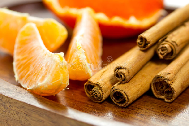 Bits Des Bâtons D Orange Et De Cannelle Photographie stock libre de droits