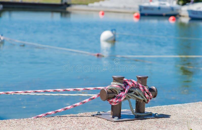Bitt de borne de marina à la jetée pour le moori de bateaux, de bateaux et de yachts photographie stock