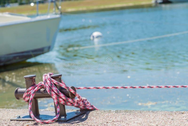 Bitt de borne de marina à la jetée pour le moori de bateaux, de bateaux et de yachts images libres de droits