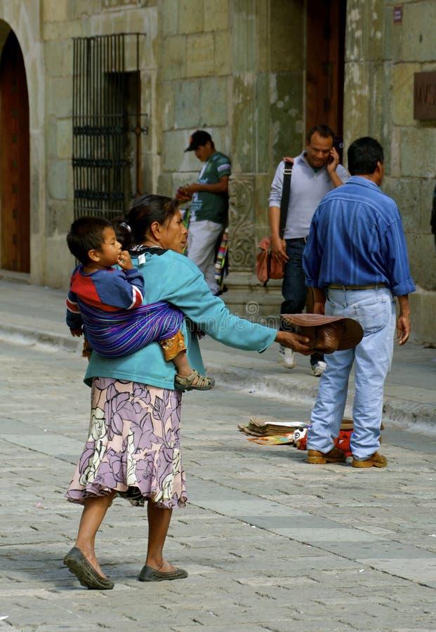 Bitten der Frau mit Kind stockfotos