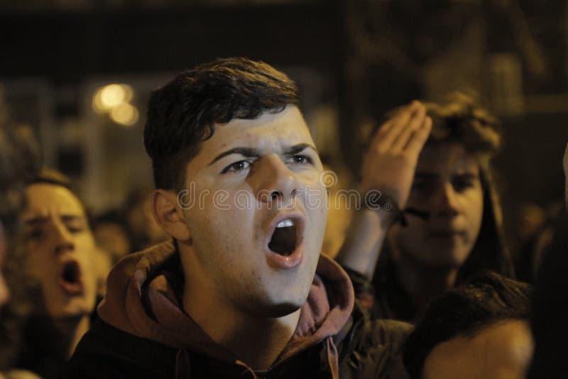 Bitten 25000 Menschen Protest in Bukarest um Gerechtigkeit stockbild