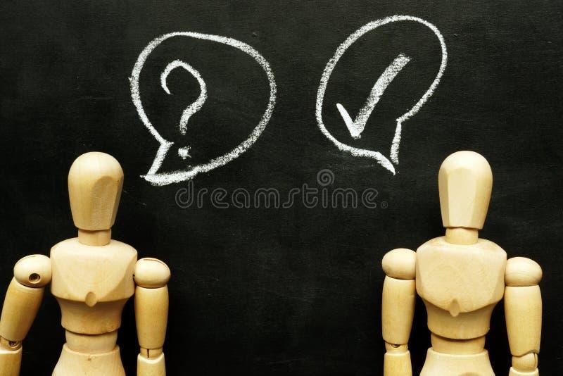 Bitten Sie um Hilfskonzept Gespräch vom Fragezeichen und der Antwort stockbilder