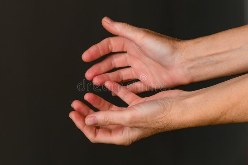 Bitten von Händen, Nahaufnahme lizenzfreies stockbild