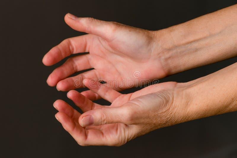 Bitten von Händen, Nahaufnahme lizenzfreie stockfotos