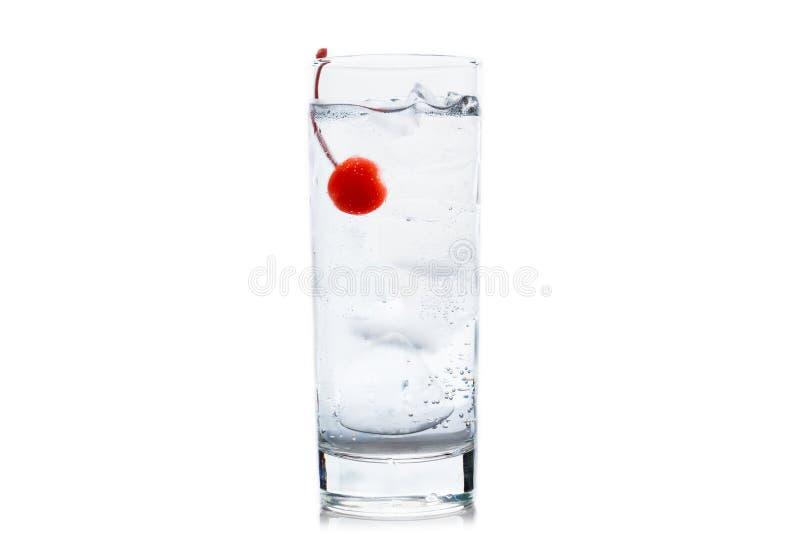 Bitter genomskinlig coctail med coctailkörsbäret som isoleras på vit bakgrund arkivfoton