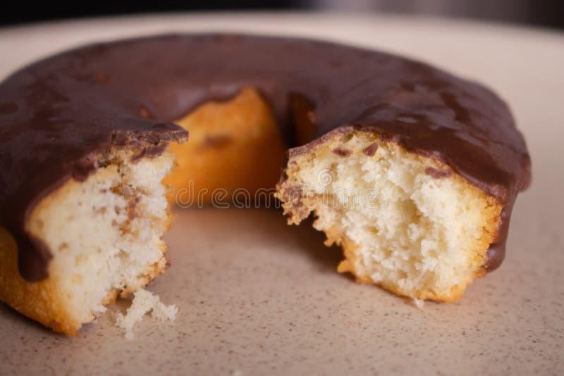 Bitter SchokoladenDonut gefiltert Eigenes Donut-Bild Frischbäckerei Süßer runder Kuchen mit Schokolade stockfotografie