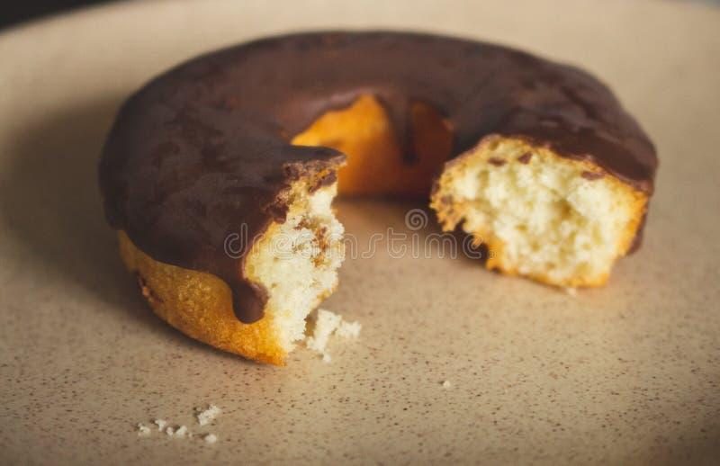 Bitter SchokoladenDonut gefiltert Eigenes Donut-Bild Frischbäckerei Süßer runder Kuchen mit Schokolade lizenzfreies stockfoto