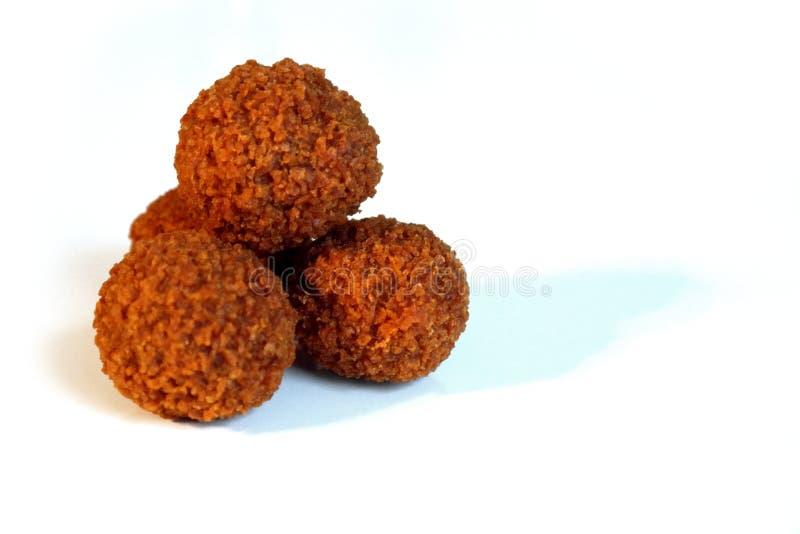 Bitterballen, un'olandese tradizionale ha fritto nel grasso bollente lo spuntino della carne, su un fondo bianco immagini stock libere da diritti