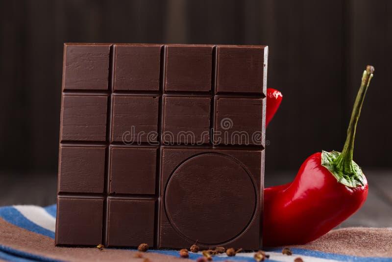 Bittere chocoladereep met Spaanse peper en de peper van Sichuan De ruimte van het exemplaar stock foto's