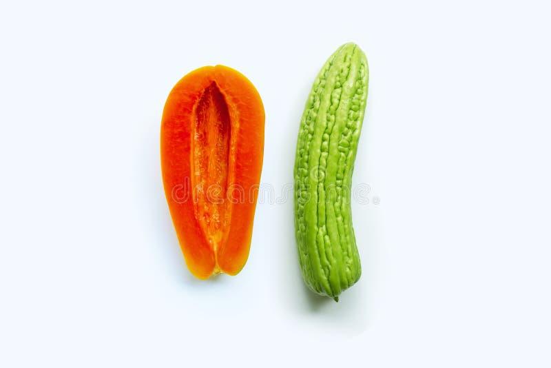 Bittere meloen met papaja op wit Geslachtsconcept stock fotografie