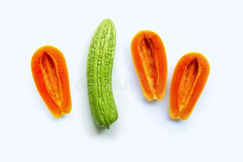 Bittere meloen met papaja op witte achtergrond Geslachtsconcept, royalty-vrije stock fotografie